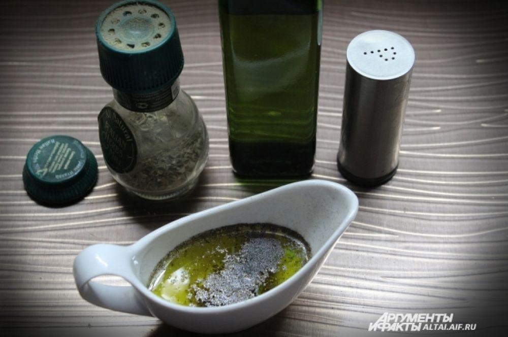 Оливковое масло солим и перчим, добавляем немного прованских трав. Перемешиваем. Даем немного настояться.