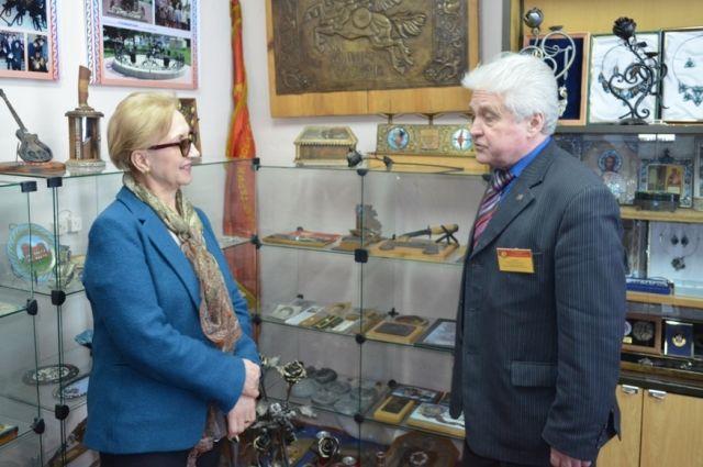 Директор техникума Владимир Голубин рассказал Наталье Назаровой об уникальных экспонатах музея учреждения.
