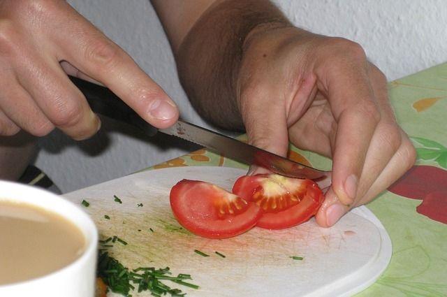 Овощной салат - самое простое блюдо, которое можно приготовить и без кулинарных навыков.
