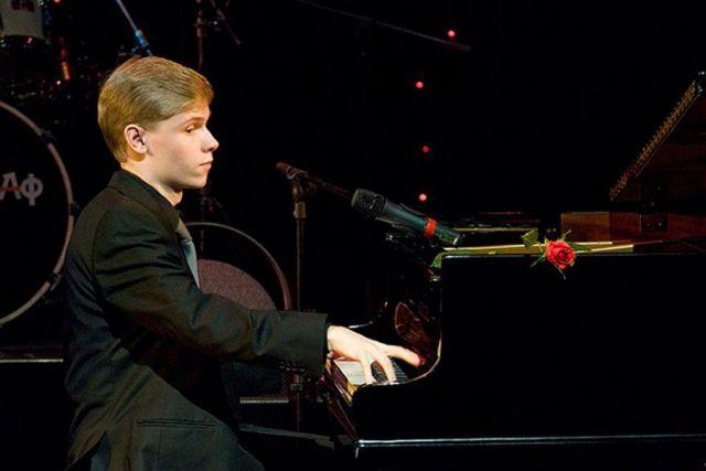 Олег Аккуратов за фортепиано.