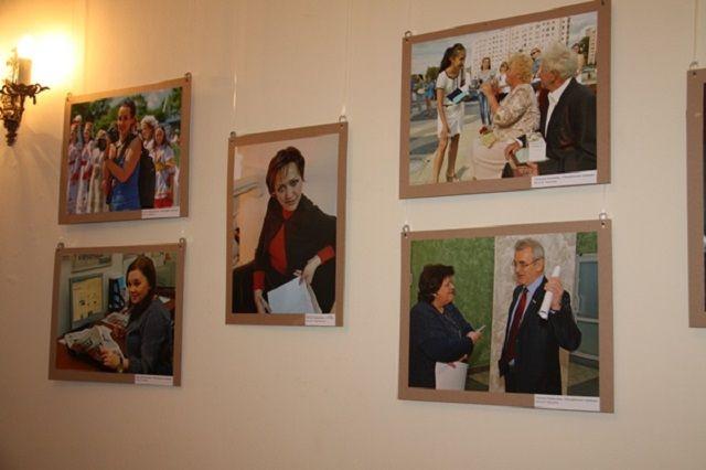 Перед глазами посетителей предстали около тридцати портретов женщин-журналистов за работой и на отдыхе.