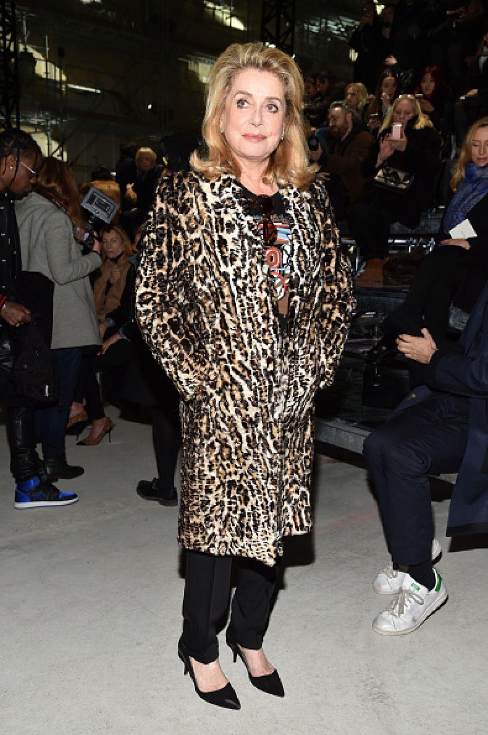 Знаменитая французская актриса Катрин Денёв на показе Saint Loran