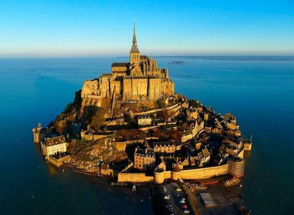 Небольшой город Мон-Сен-Мишель находится во Франции