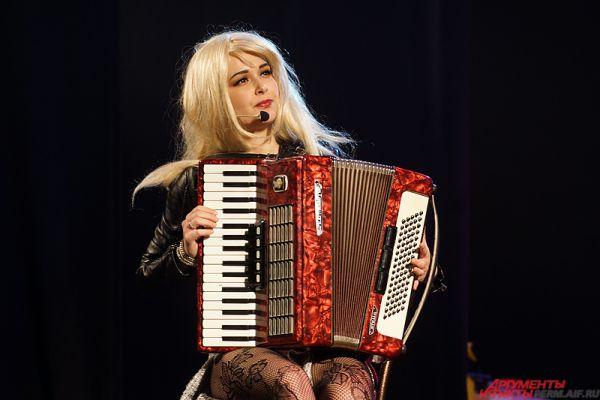Другая претендентка на главный приз изобразила певицу Мадонну, приехавшую в глухую русскую деревню.