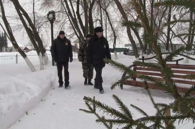Жильцы красноярской многоэтажки обнаружили налестничной площадке мужское тело