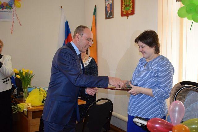 Василий Трохин поздравил семью со знаменатальным событием и вручил ценные подарки.