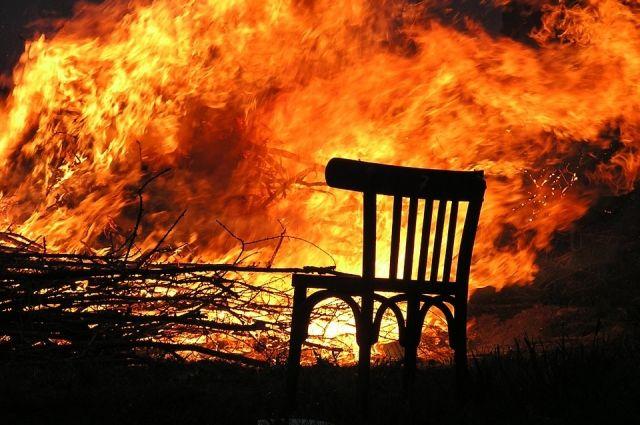 В результате пожара была уничтожена кровля, внутренняя часть дома выгорела полностью.