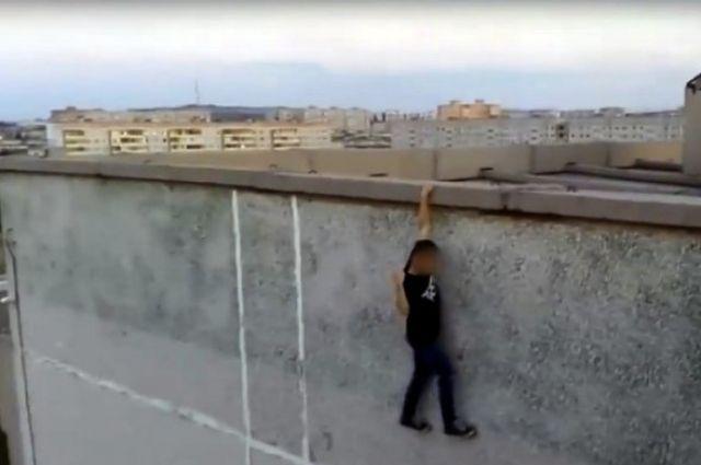 Подростки часто лезут в крайне опасные места ради красивого кадра.
