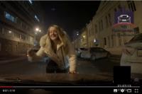 На кадрах можно увидеть, как девушка в светлой одежде бегает посреди проезжей части и кидается на автомобили.