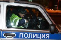 Пока сотрудники полиции пытались его поймать, два 33-летних пассажира проникли в служебный Уазик ДПС, и совершили попытку угона.