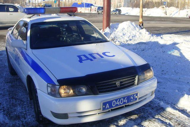Иностранная машина сбила полицейского наплощади вПетербурге искрылась