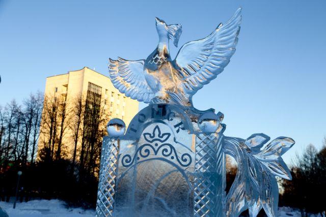 Во избежание разрушений, в Салехарде демонтируют ледяные фигуры