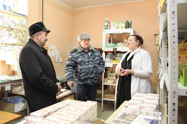 Рафаил Юнусов посмотрел, как организована торговая деятельность магазинов и кафе, ознакомился с ассортиментом товаров.