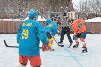 Зимой на бывшем огороде катаются дети, проходят турниры ветеранов тверского хоккея. Яковлев - арбитр.