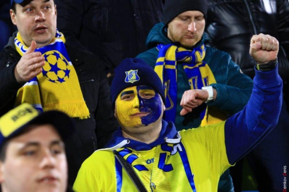Болельщики, как могли, поддерживали не только своих любимцев, но и просто красивый футбол.