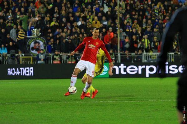 Но вот с подачи Златана Ибрагимовича полузащитник Генрих Мхитарян «распечатывает» счёт – 1:0 в пользу гостей.