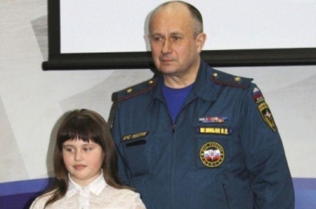 Валентин Нелюбов наградил Катю Морозову за спасение жизни женщины.