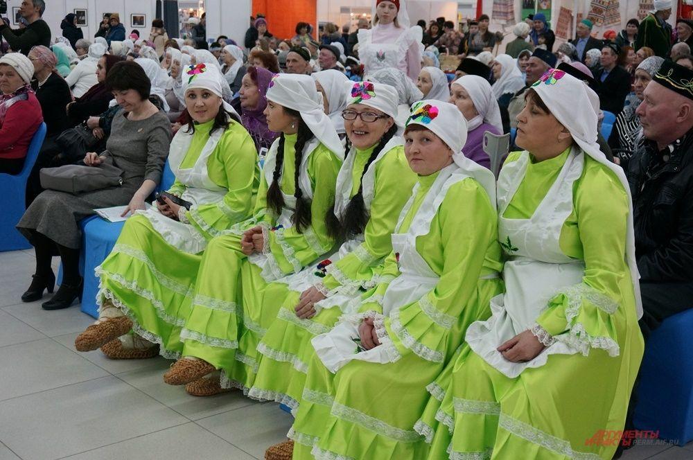 Музыкальные и танцевальные коллективы выступали в национальных костюмах.