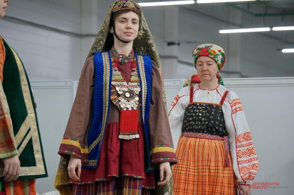 На форуме представили костюмы разных народов.