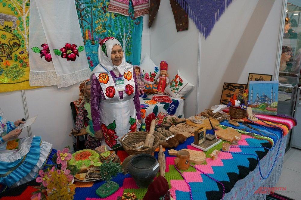 Из разных районов края и из других регионов на форум привезли изделия народного промысла.