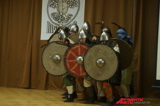 На фестивале разыгрывались целые батальные сцены.