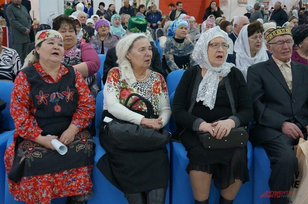 Зрители подпевали вокальным коллективам, выступающим на открытии.