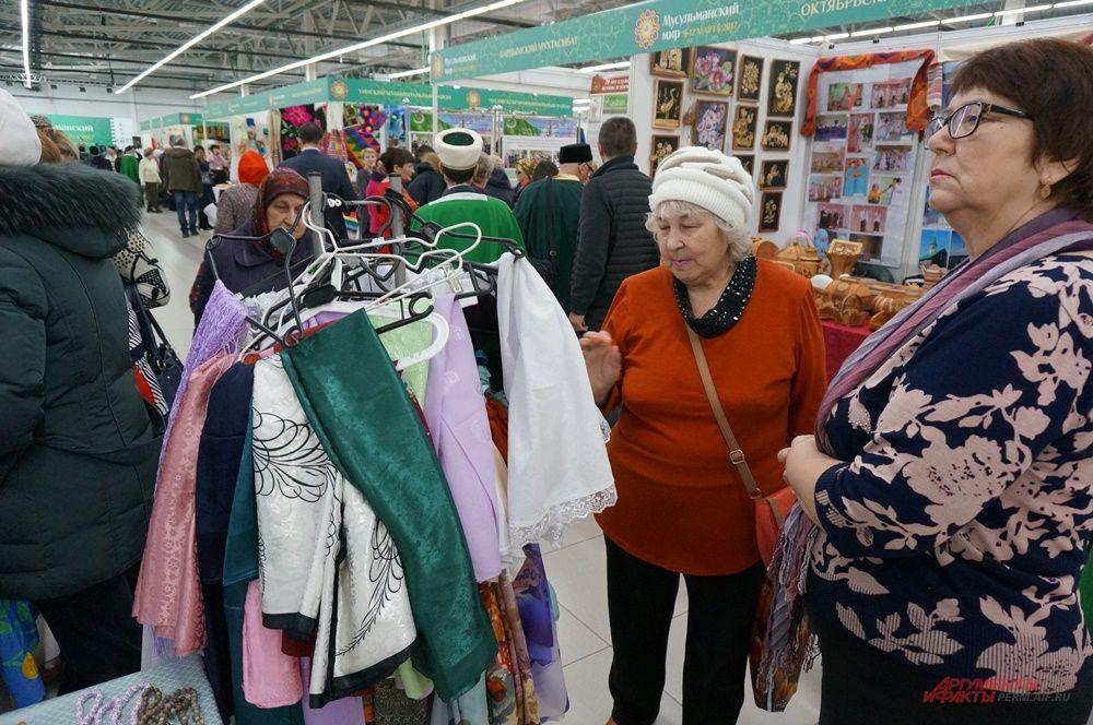 На ярмарке можно было купить предметы одежды и аксессуары.