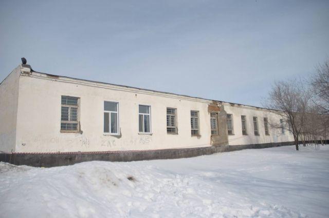 Здание, где ребята оттачивали акробатическое мастерство, уже давно требует ремонта.