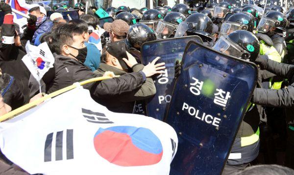 Между сторонниками главы государства и бойцами ОМОНа произошли несколько столкновений.