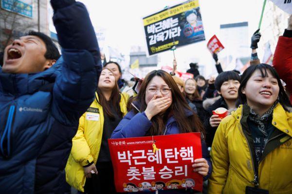 Противники Пак Кын Хе после утверждения импичмента судом.