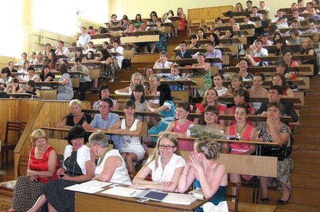 Студентам придется защищать дипломы в Санкт-Петербурге.