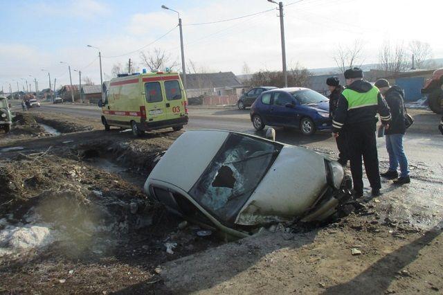 После наезда на пешехода машина вылетела в кювет.