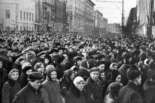 9 марта 1953 года. В час похорон И.В. Сталина на улицах Москвы. Репродукция фотографии.