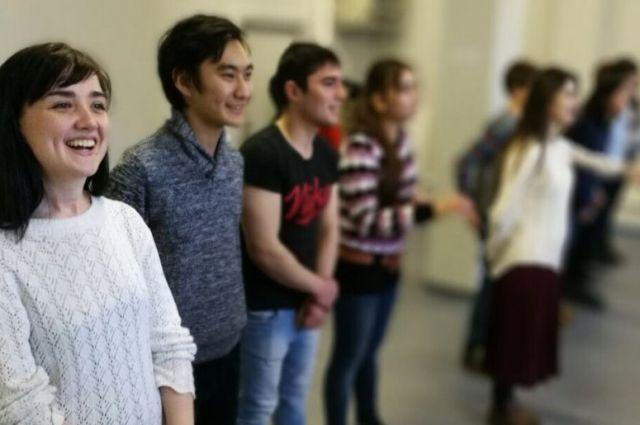 Раз в неделю в Петербурге режиссер Михаил Патласов репетирует со своими артистами сцены из нового спектакля под названием «Цель визита».