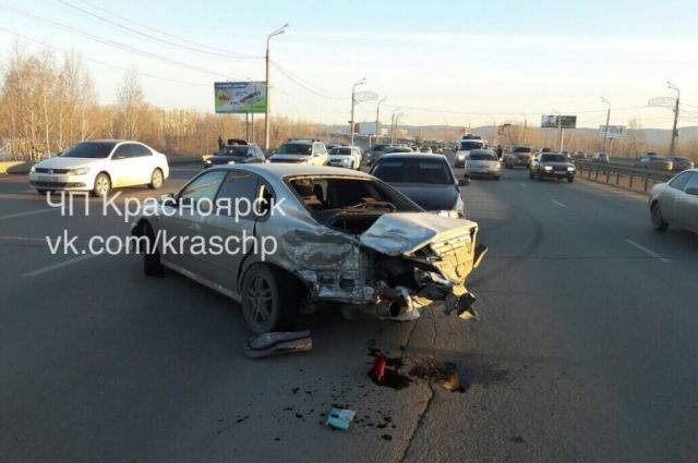 Авария на Октябрьском мосту произошла во второй половине дня 9 марта при движении в сторону левого берега.