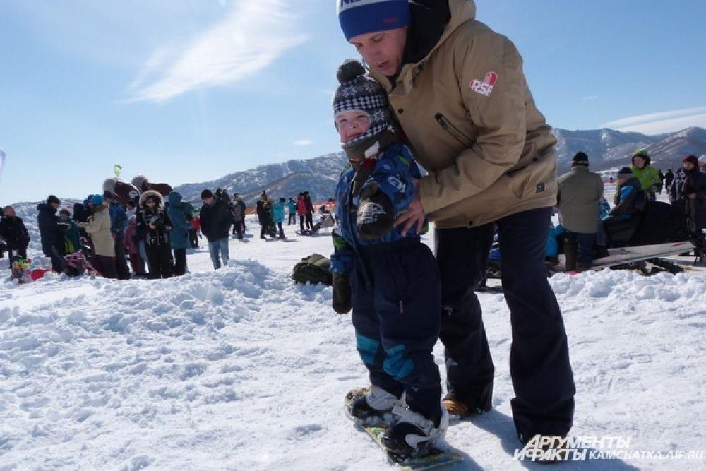 Тренер обучал самых решительных малышей основам сноубординга.