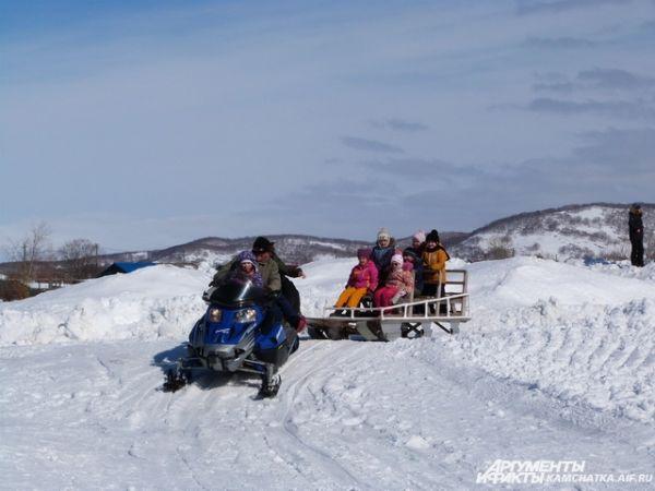 Малышей катали на снегоходах, лошадях, «банане» и даже аргамаке, который тянули собаки.