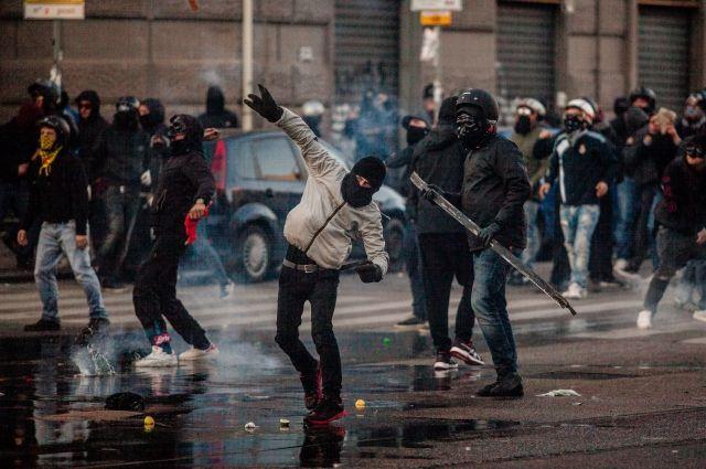 ВНеаполе неменее 30 полицейских пострадали в итоге столкновений спротестующими