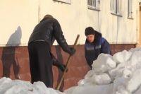 Нарушители очищают дворы от снега и мусора, выполняют разные хозяйственные работы.