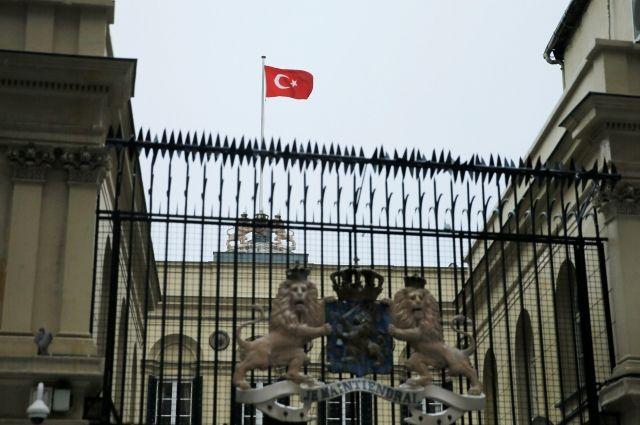Демонстранты подняли флаг Турции над консульством Нидерландов вСтамбуле