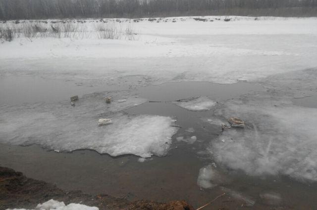 Один из друзей мальчика сообщил, что пропавший мог провалиться под лед на реке.