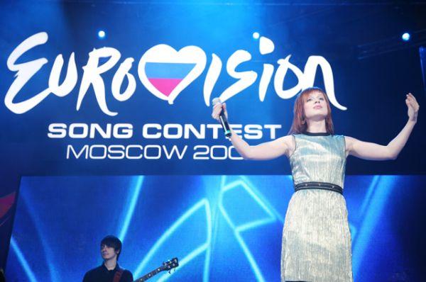 В 2004 году на музыкальный конкурс отправилась выпускница телепроекта «Фабрика звёзд - 2» Юлия Савичева. Её песня «Believe Me» («Поверь мне») заняла 11 место.