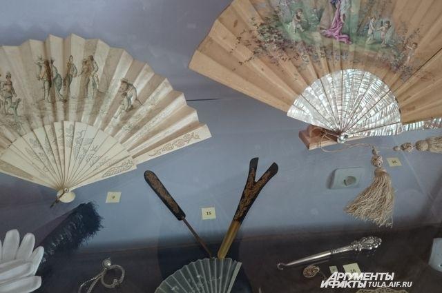 Веера XIX века, крючки и распялка для перчаток.