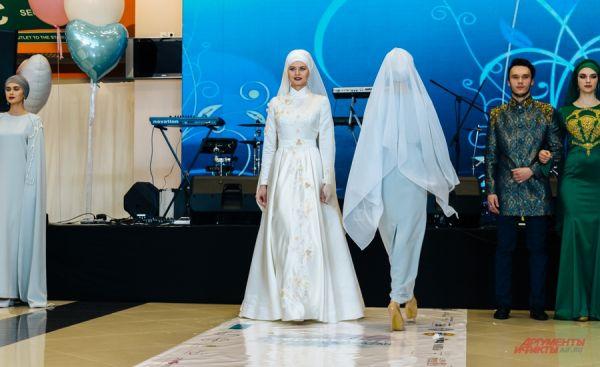 Такой дизайнерский наряд стоит около 100 тысяч рублей.