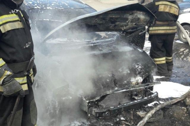 Вглобальной web-сети появились видео горящей вцентре Воронежа иномарки
