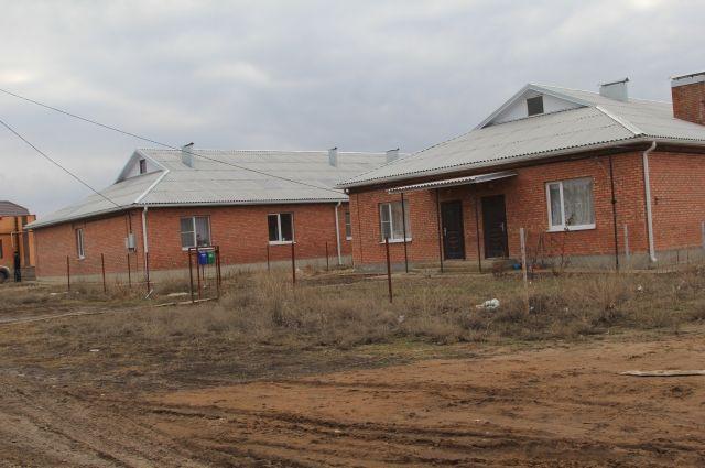 Два дома для детей-сирот. Только в одном есть все условия для проживания.