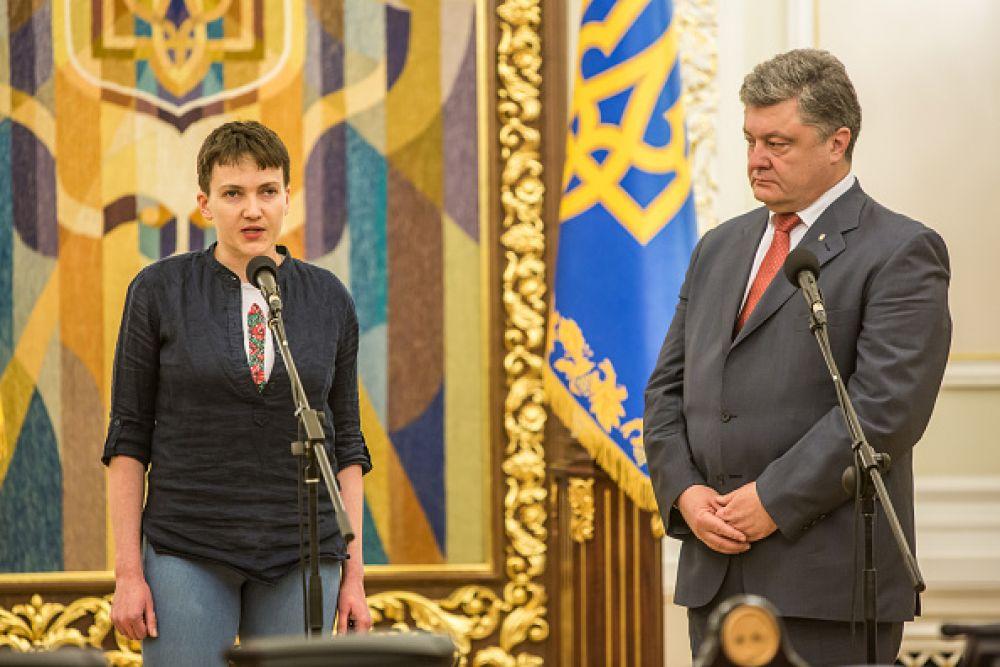 Для встречи с Петром Порошенко Савченко надела черную рубашку, под которой была вышиванка