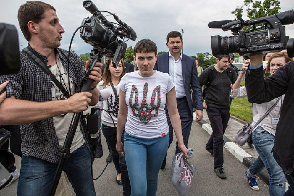 В день своего освобождения летчица появилась перед камерами в футболке с украинским гербом и джинсах