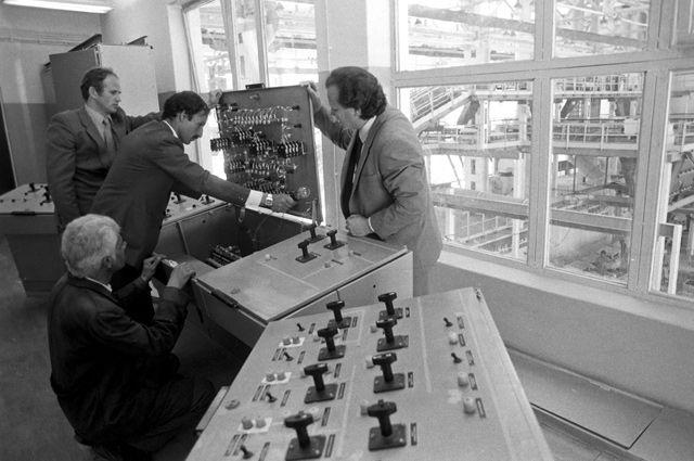 Советские и афганские специалисты у пульта управления досрочно сданным литейным цехом, построенном при содействии СССР, на авторемонтном заводе «Джангалак».