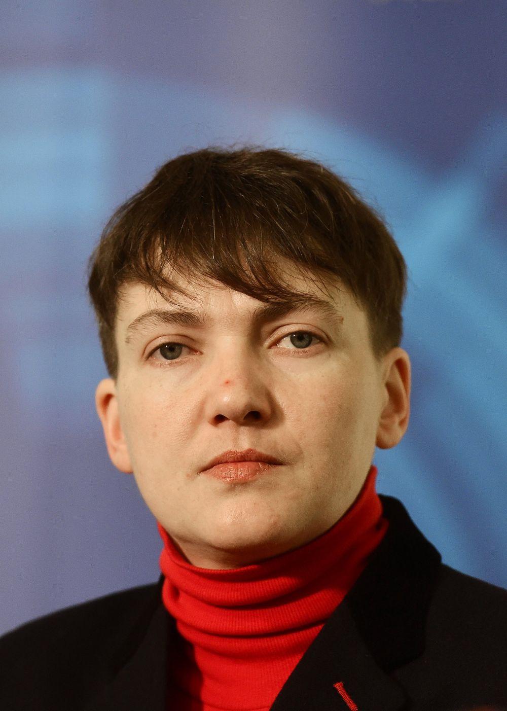 Для визита в Прагу Савченко выбрала черный жакет и красную водолазку